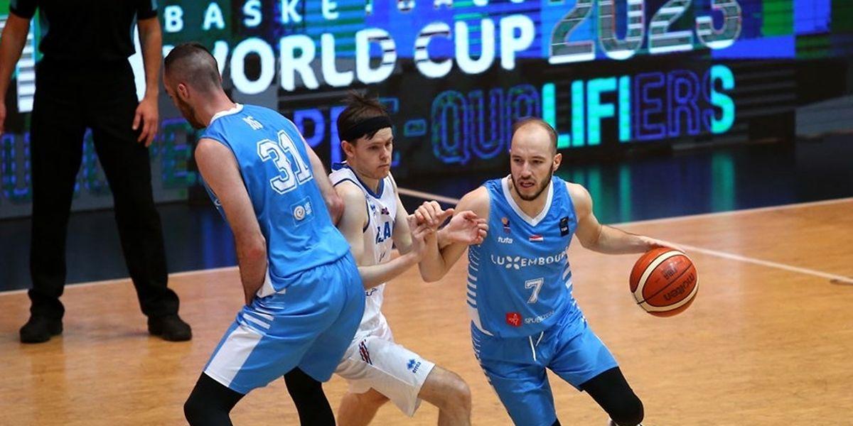 Philippe Gutenkauf (r.), Clancy Rugg (31) und den Luxemburgern gehen gegen die Isländer um Kari Jonsson in der zweiten Halbzeit die Ideen aus.