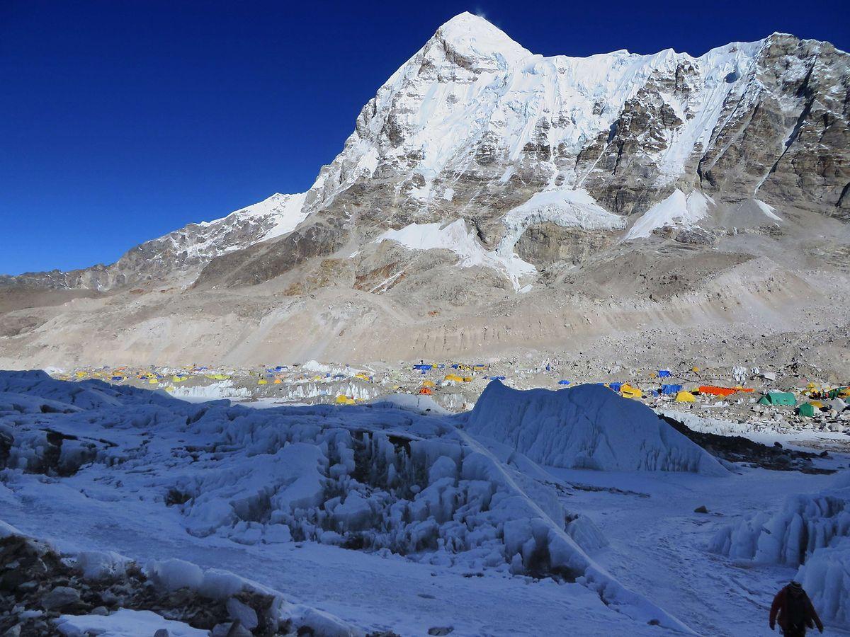 Das Everest Base Camp am 18. April 2014, gesehen vom Crampon Point aus, kurz nach der verheerenden Lawine, die 16 Sherpas in den Tod riss.