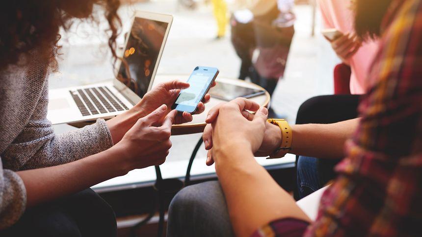 Schickes Endgerät mit weniger schönem Inhalt: Mineralien zur Herstellung von Smartphone und Laptops gehen allzu oft auf ausbeuterische Arbeitsbedingungen zurück.