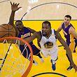 Kevin Durant von den Warriors zieht gegen Luol Deng (l.) und Larry Nance Jr. zum Korb.
