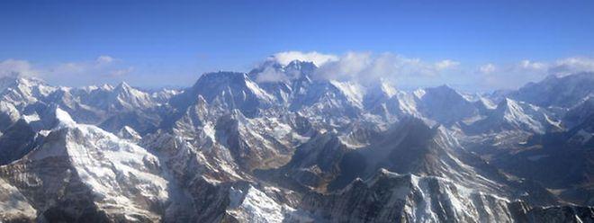 Heutzutage drängen sich an manchen Tagen die Bergsteiger am Gipfel des Mount Everest.