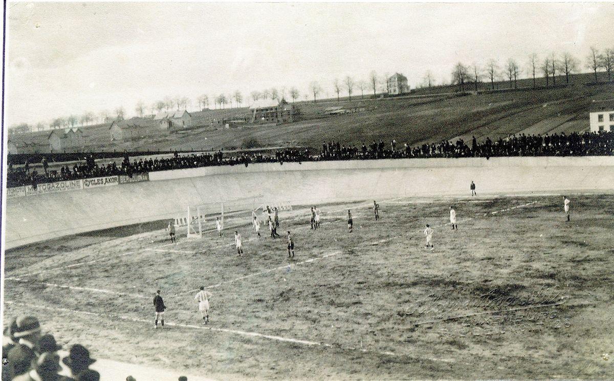 """Der Ausweichplatz des Racing im """"Vëlodrom"""" in Belair, hier eine Aufnahme eines Spiels gegen die Royal Union Saint-Gilloise aus dem Jahr 1922."""