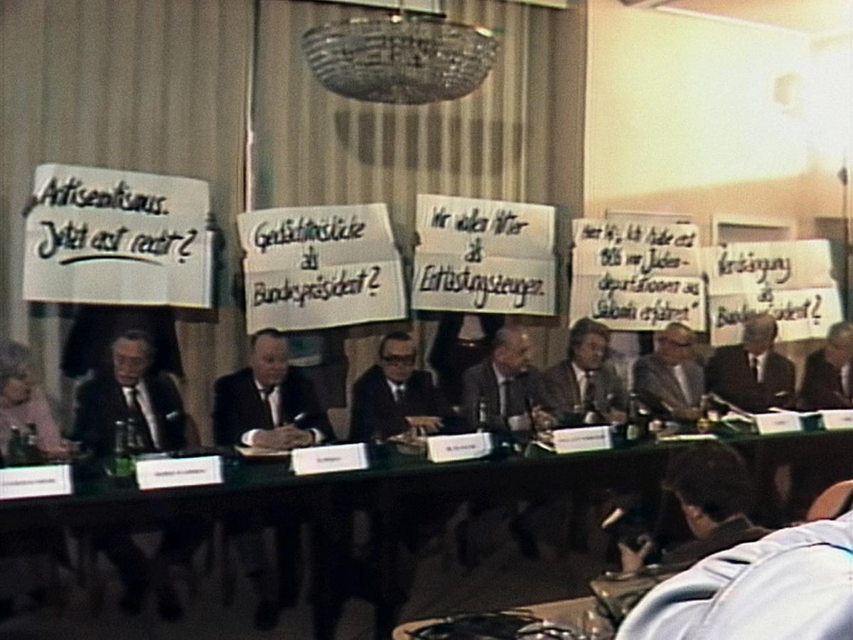 Als junge Frau nahm Ruth Beckermann an Demonstrationen gegen Waldheim teil - wie hier medienwirksam mit Plakaten in TV-Übertragungen.