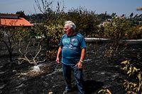 Adriano Dias Silva, 69 anos, no seu jardim queimado em Mação