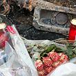 An jener Stelle, wo die Vermisste in ihrem Wagen aufgefunden worden war, haben Angehörige Blumen niedergelegt und Kerzen aufgestellt.