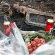 An jener Stelle, wo die Vermisste in ihrem Wagen aufgefunden worden war, hatten Angehörige Blumen niedergelegt und Kerzen aufgestellt.