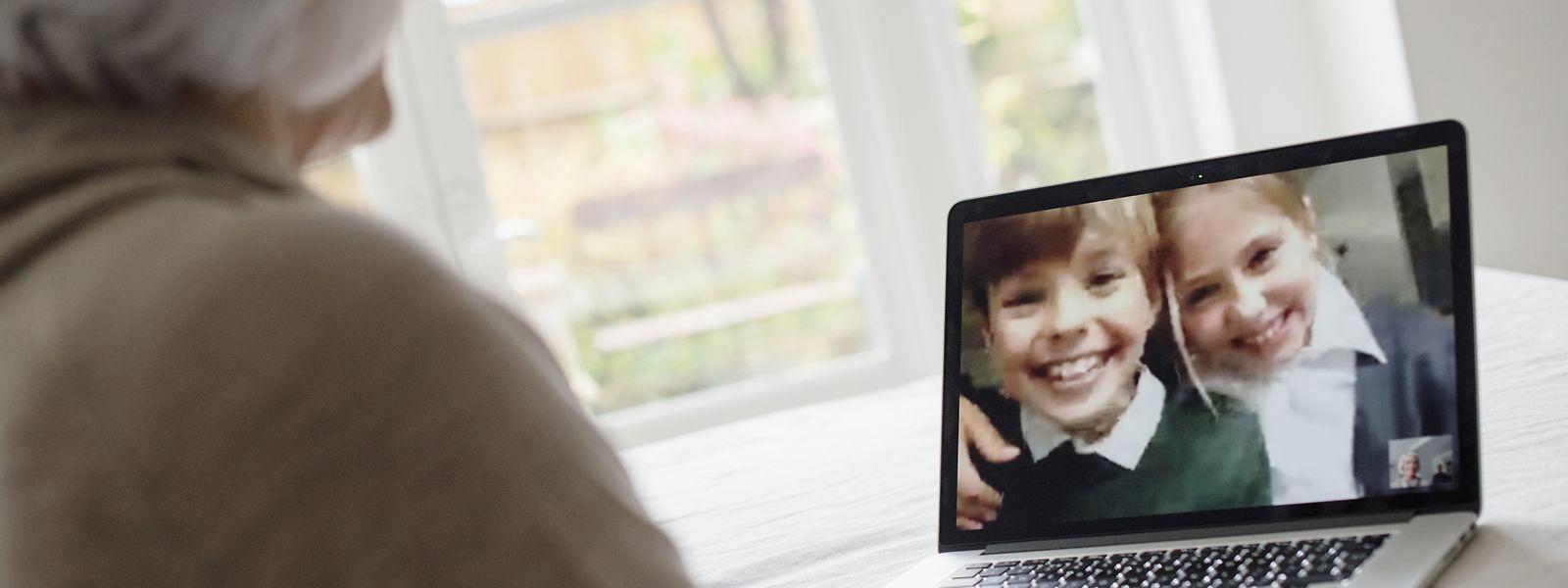 Nicht nur das Telefon ist in diesen Zeiten Gold wert. Auch per Videotelefonie halten viele Senioren mit ihrer Familie den Kontakt.