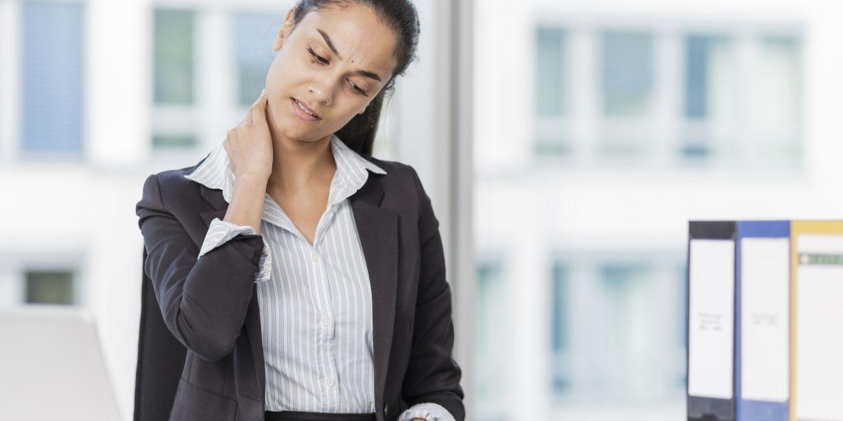 Wer im Büro viel sitzt, hat schnell mal einen verspannten Nacken. Mit einfachen Übungen verschwinden die Beschwerden normalerweise nach ein paar Tagen wieder.
