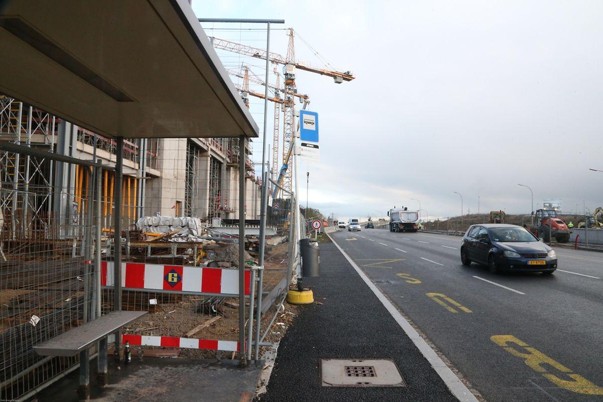 Les arrêts de bus sont encore à l'état d'ébauche sur le boulevard Raiffeisen.