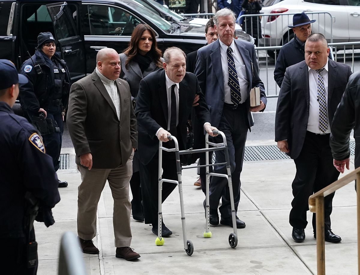 Harvey Weinstein trifft, gestützt auf eine Gehhilfe, am Manhattan Criminal Court ein. Der 67-Jährige war vergangenen Herbst nach einem Autounfall am Rücken operiert worden.
