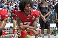 Colin Kaepernick während der Nationalhymne.