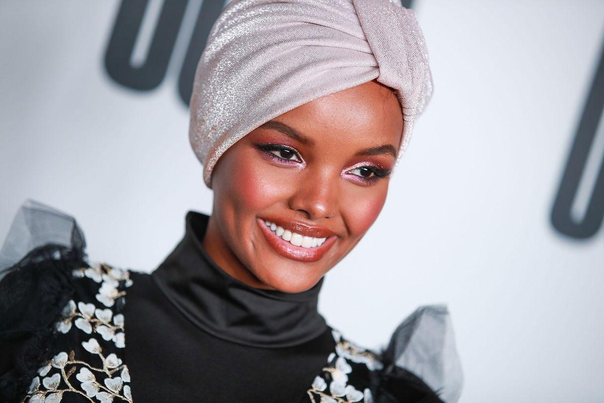 Halima tornou-se a primeira modelo a usar o hijab a assinar um contrato com a reputada agência de modelos IMG, a mesma que representa manequins reputadas como Gigi Hadid, Gisele Bundchen e Ashley Graham.