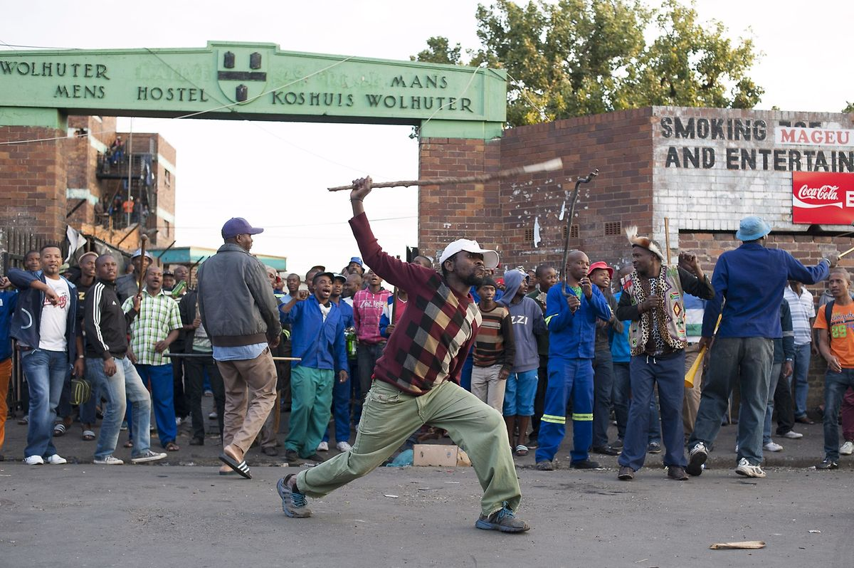 Gewaltbereite Zulus vor dem Hospiz in Jeppestown in dem viele Ausländer untergebracht sind.