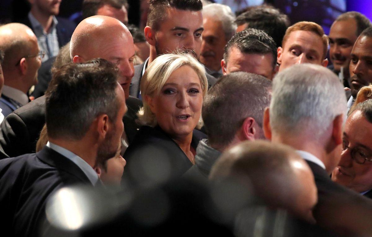 Kurz nach Bekanntgabe der ersten Hochrechnung um 20 Uhr gab Marine Le Pen ihre Niederlage zu.