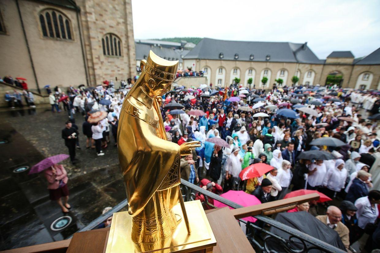 Die vergoldete Statue des heiligen Willibrord auf der Treppen des Prälatenflügels.