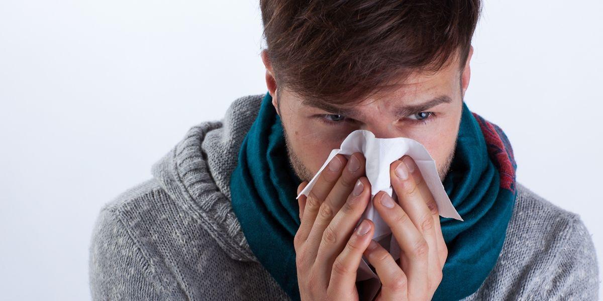 Die Nase läuft und läuft und läuft: Schnupfen hat man in der Regel sowohl bei einer Erkältung als auch bei einer echten Grippe.
