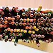 ARCHIV - 01.08.2013, Hamburg: Verschiedenfarbige Buntstifte stehen in einer Kita auf einem Tisch. Die Stiftung Warentest hat Produkte für Kinder getestet, darunter Buntstifte. Foto: Christian Charisius/dpa +++ dpa-Bildfunk +++