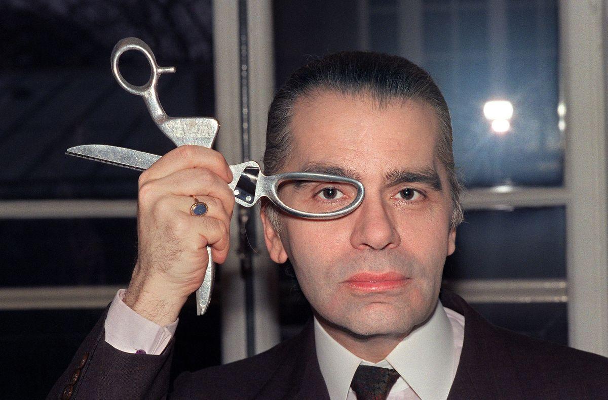 O estilista fotografado em março de 1987, quando os óculos de sol ainda não faziam parte da sua imagem de marca.