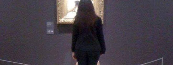 Déjà en mai 2014, Deborah de Robertis - ici cachée par une gardienne du musée - s'était dénudée au Musée d'Orsay.