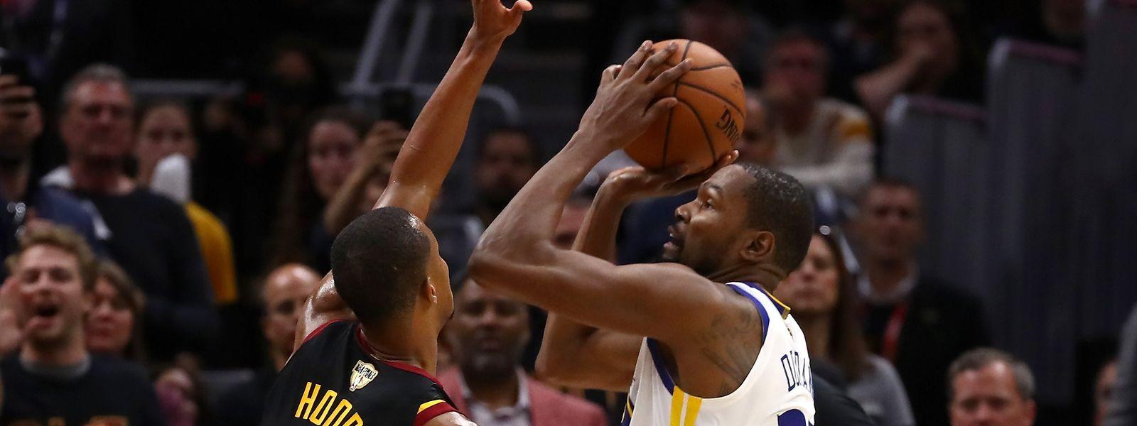 Auch Clevelands Rodney Hood kann Kevin Durant (r.) nicht aufhalten.