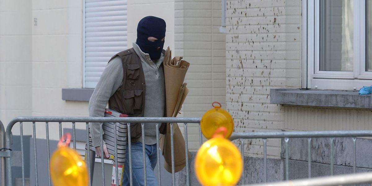 Un agent de police belge arrive devant la maison où s'est déroulée la fusillade mardi.