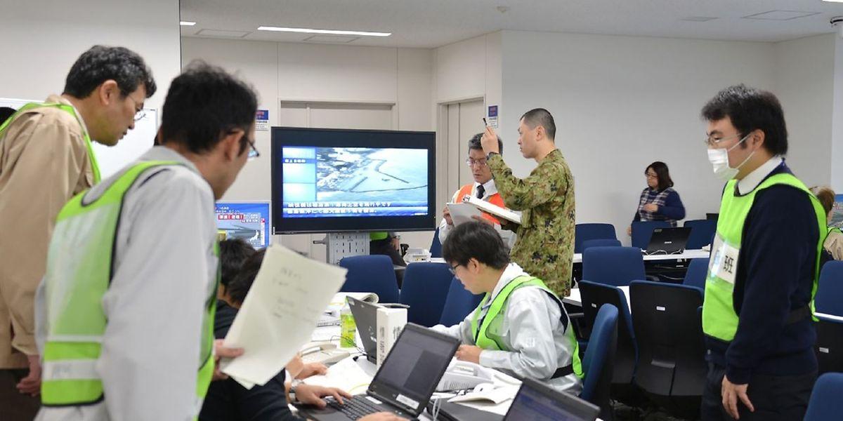 Après avoir émis une alerte sur un risque de tsunami de trois mètres, l'agence de météo a d'abord abaissé le seuil à un simple avis de risque environ quatre heures après la première secousse.