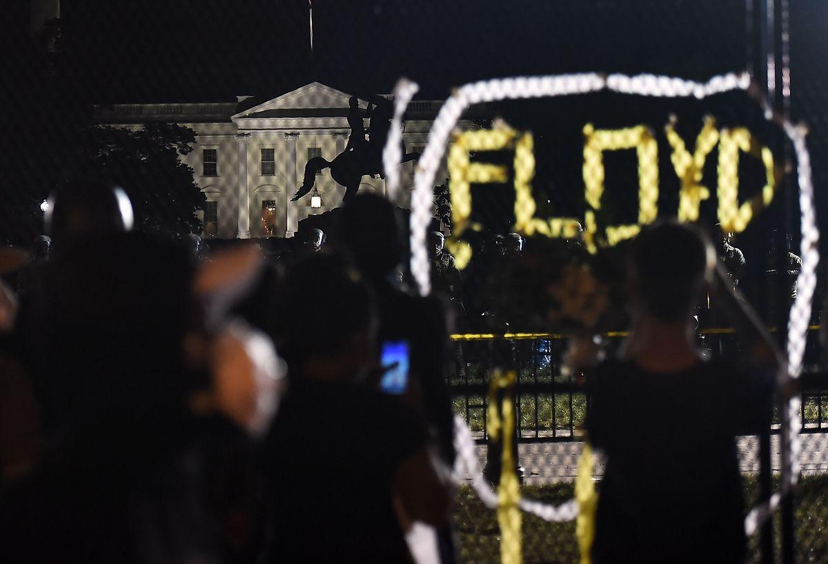 Demonstranten projizieren den Namen des Opfers des brutalen Polizeieinsatzes vor dem Weißen Haus.