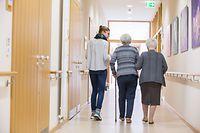 Das neue Gesetz soll sicherstellen, dass die älteren Menschen gut betreut sind und ihren Lebensabend nach ihren Wünschen gestalten können.