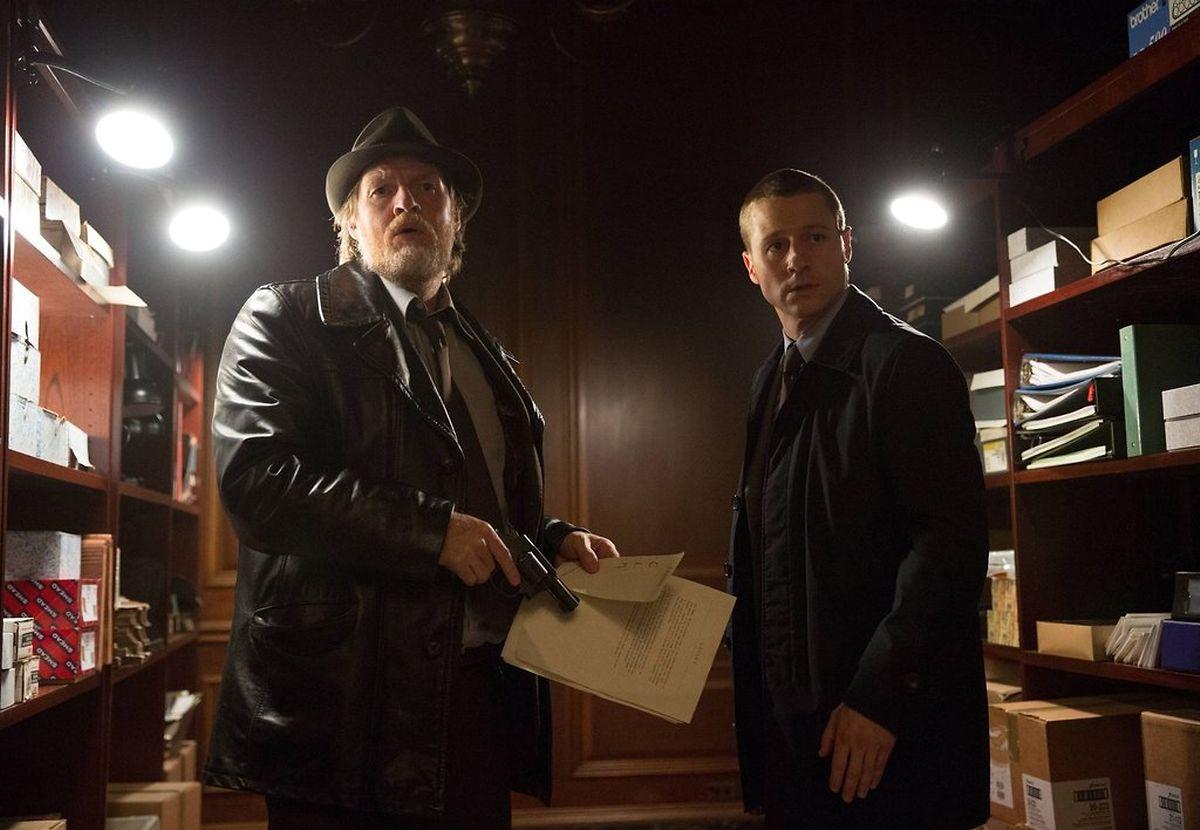 Gordon (Ben McKenzie, r.) und Bullock (Donal Logue, l.) versuchen, die Stadt zu schützen...