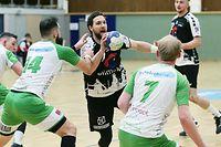 FLH Handball Spielzeit 2020-2021 Meisterschaft der AXA League der Männer zwischen dem HB Esch und dem HC Berchem am 13.02.2021 Moritz BARKOW (27 HBE) zwischen Chrito TSATSOS (14 HCB) und Dany SCHOLTEN (7 HCB)