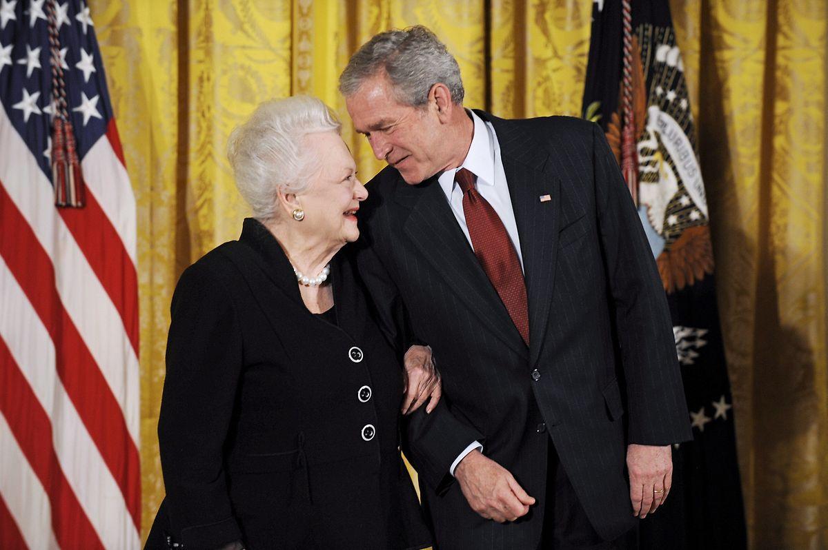 George W.Bush und Olivia de Havilland vor der Verleihung der National Medal of Arts 2008.