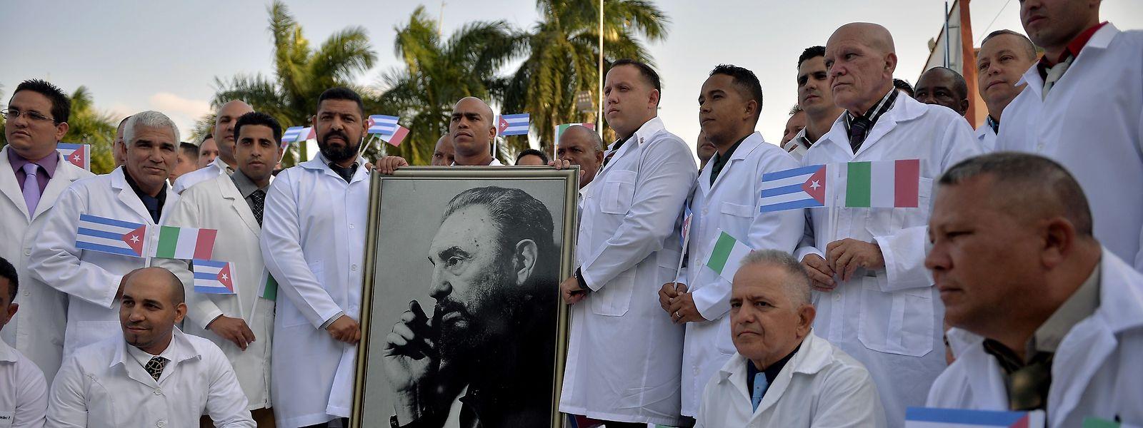 Kubanische Ärzte, die in Italien im Einsatz gegen die Corona-Epidemie sind, posieren für ein Foto. In Mailand wurde die Medizin-Brigade wie Helden empfangen.
