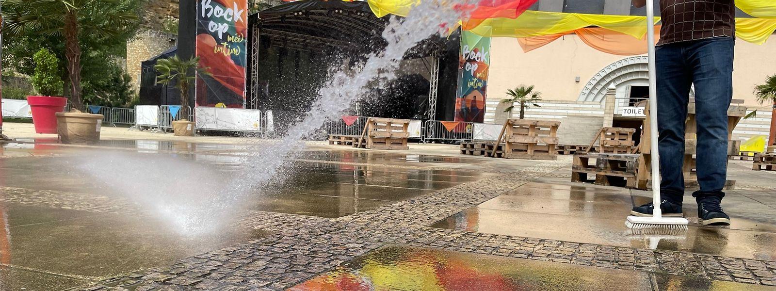 Der Parvis des Kulturzentrums Neimënster wird für die Veranstaltungen wieder bereit gemacht.