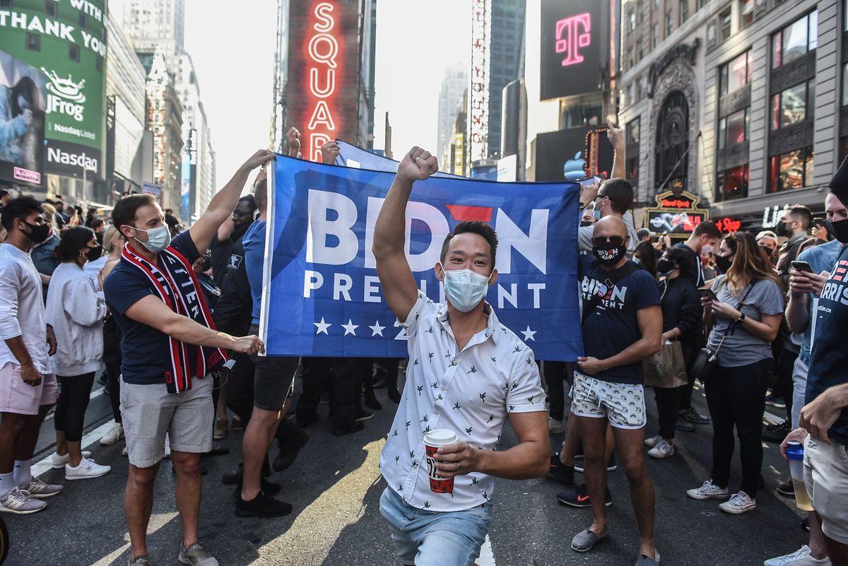 In den Straßen von New York feiern Menschen den Wahlsieg von Joe Biden.