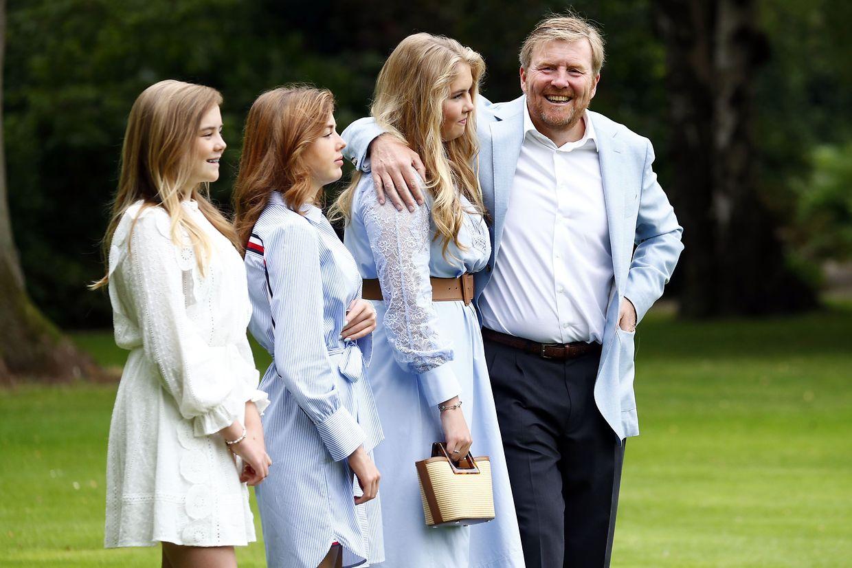 Königin Willem-Alexander ist sichtlich stolz auf seine Töchter  Amalia, Alexia und Ariane (v.r.n.l)