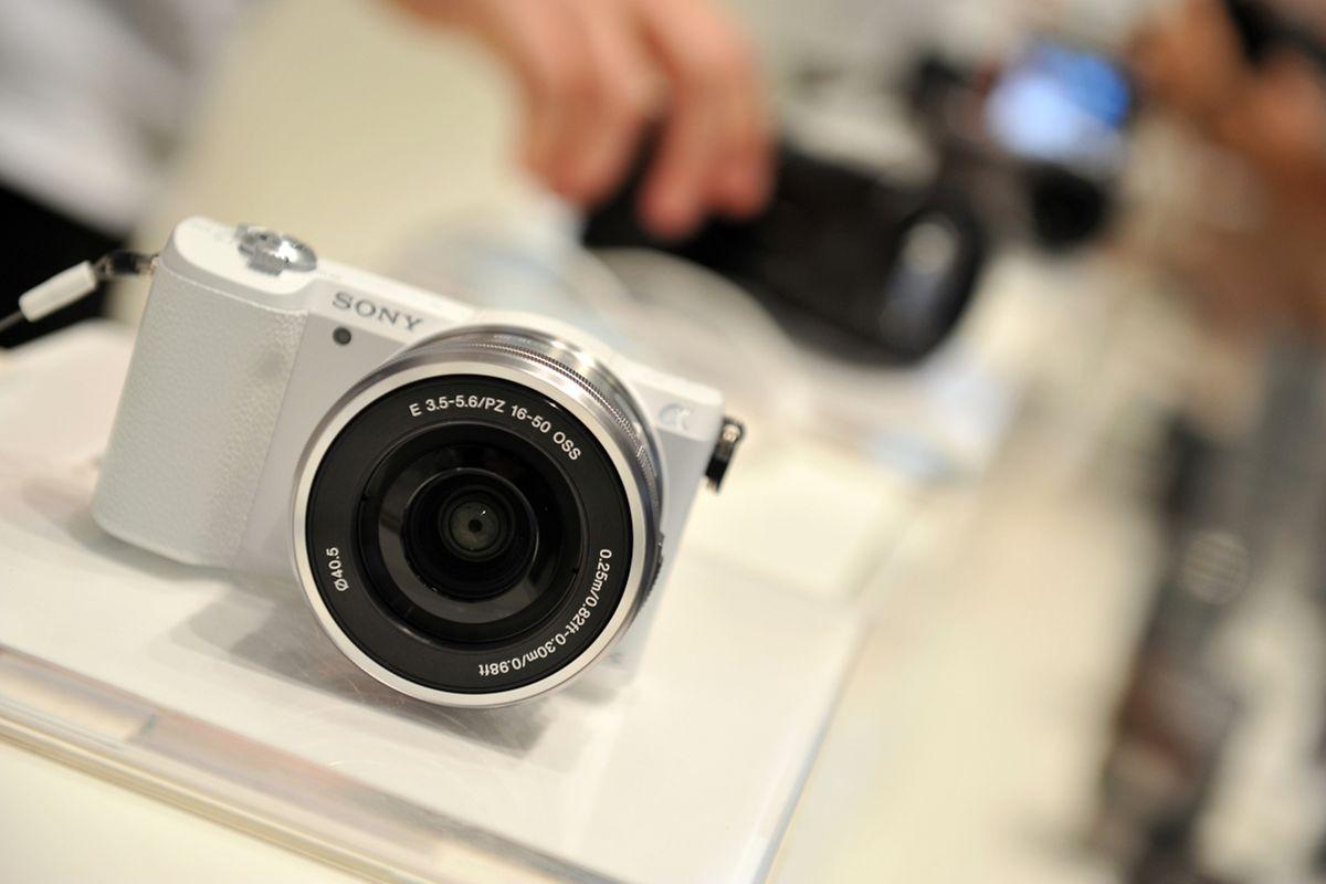 Wer sich von der Bildqualität hochklassiger Smartphones wirklich absetzen will, sollte zu Kompaktkameras mit mindestens Ein-Zoll-Bildsensoren oder größer greifen. Diese kosten ab circa 300 Euro.