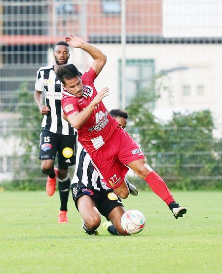 Gonzo Almeida, déséquilibré ici par Manu Lapierre, va porter Differdange aux commandes de ce duel contre la Jeunesse à la 34e minute.