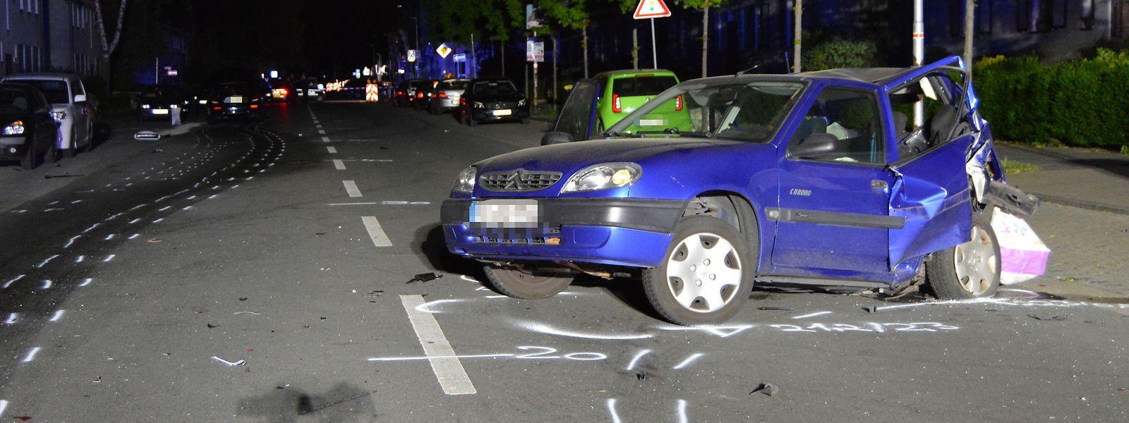 Eine 43-jährige unbeteiligte Autofahrerin ist nach einem mutmaßlich illegalen Autorennen in Moers verstorben.
