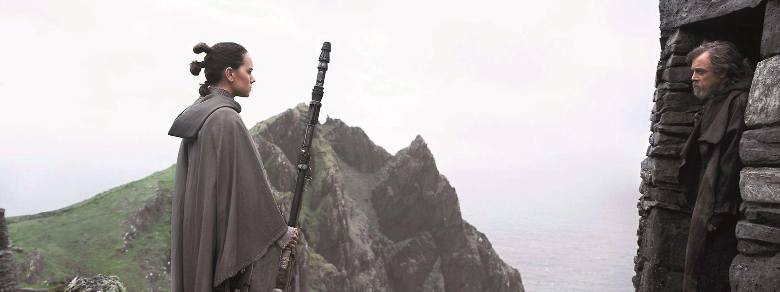 Rey (Daisy Ridley) sucht und findet Luke Skywalker (Mark Hamill) - jedoch keine Antworten auf ihre Fragen.