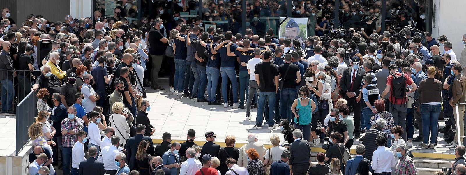 5.000 Menschen hatten sich versammelt, um des toten Polizisten zu gedenken.