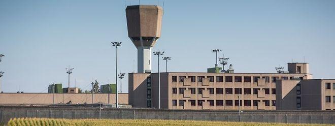 Bei dem Aufstand wurde ein Mitarbeiter der Haftanstalt am Knie verletzt.