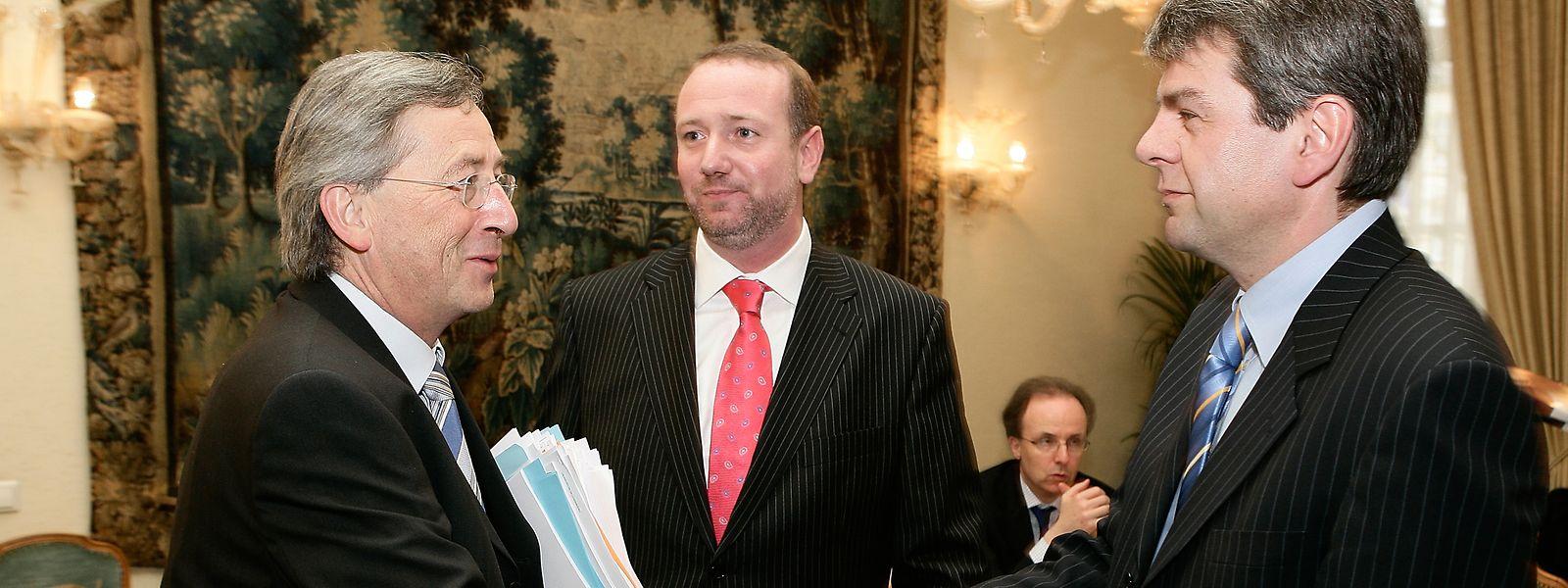 Premierminister Jean Claude-Juncker (links) begrüßt Romain Wolff; Wolff ist heute Präsident der CGFP und nahm bereits 2006 als deren Generalsekretär an den Tripartite-Verhandlungen teil.
