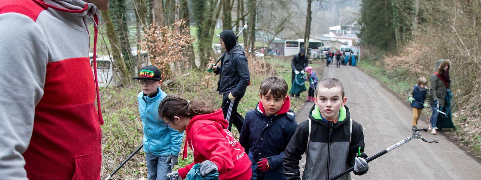 Kinder und Erwachsene sammelten am Samstag im Differdinger Wald Müll ein.