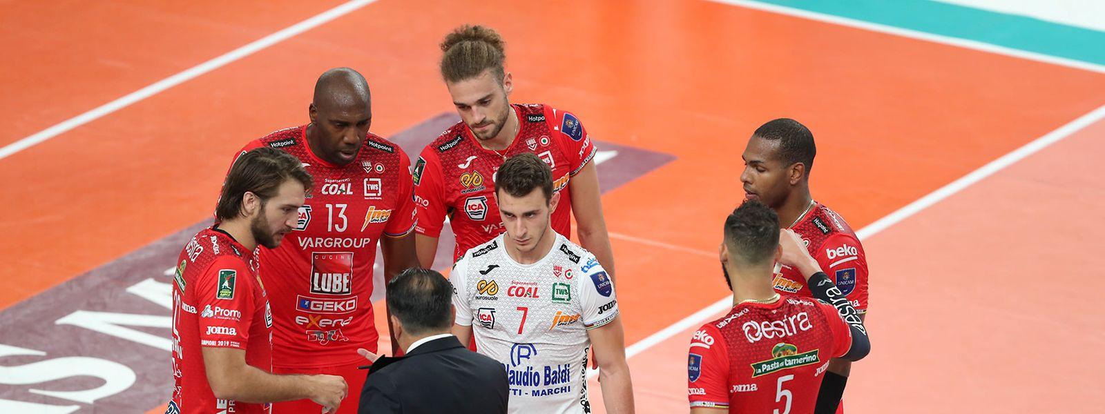 Kamil Rychlicki (oben) erzielt 17 Punkte, doch über seine gute Leistung kann er sich nicht freuen.