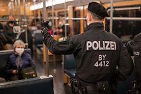 23.10.2020, Bayern, Nürnberg: Polizisten machen in einer U-Bahn einen Kontrollgang um die Einhaltung der Maskenpflicht zu prüfen. Im öffentlichen Nahverkehr finden am 23.10. bayernweite Kontrollen zur Einhaltung der Maskenpflicht statt. Foto: Daniel Karmann/dpa +++ dpa-Bildfunk +++