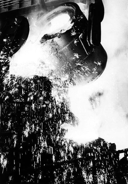 """""""Sprühende Funkenregen kennzeichnet den Arbeitsgang unserer Hüttenwerke."""" hieß es am 5. August 1961 in einem Wort-Artikel über die Hadir-Werke in Differdingen."""