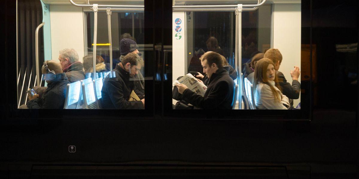 Für viele Passagiere ein Vorteil: In der Tram herrscht im Vergleich zum Bus weniger Gedränge.