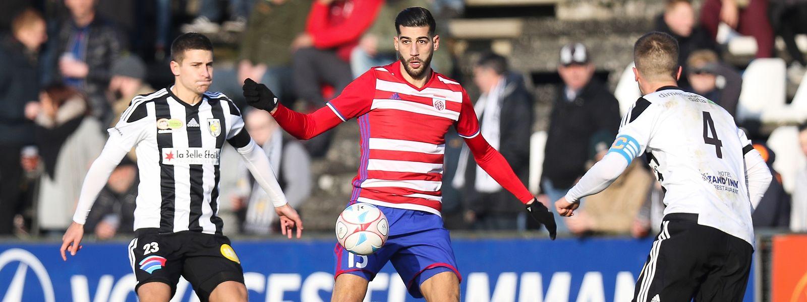 Samir Hadji (M.) und die Escher Fola können im Derby gegen Jeunesse einen großen Schritt Richtung internationales Geschäft machen.