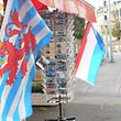 Le drapeau maritime luxembourgeois à gauche et le drapeau national à droite