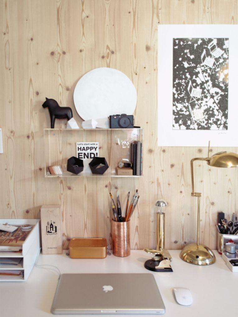 In Kombination mit kühlen Materialien wirkt Holz modern: Hier werden zum Beispiel Dekorationen aus Metall verwendet.